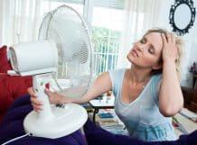 A woman overheats thanks to a malfunctioning AC